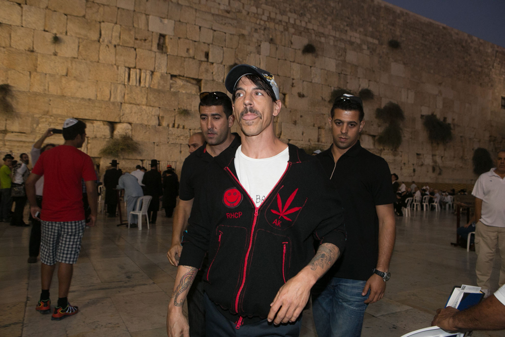 Red Hot Chili Peppers durante una visita al Muro de los Lamentos en 2012