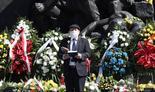 El gran rabino de Polonia, Michael Schudrich, reza frente al monumento a los héroes del Levantamiento del Gueto de Varsovia en Yad Vashem