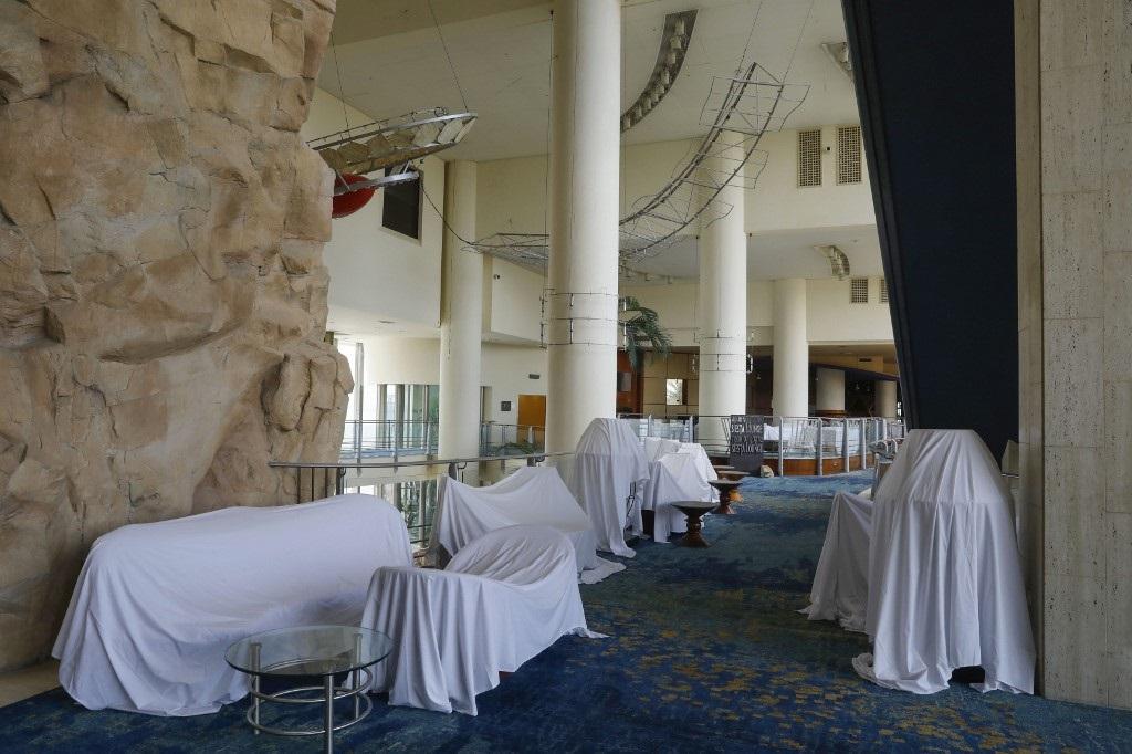 Los muebles del hotel cubiertos por sábanas blancas.