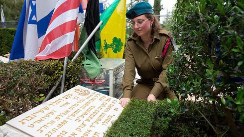 """La """"hermana adoptiva"""" de Max celebró una ceremonia en recuerdo del soldado."""