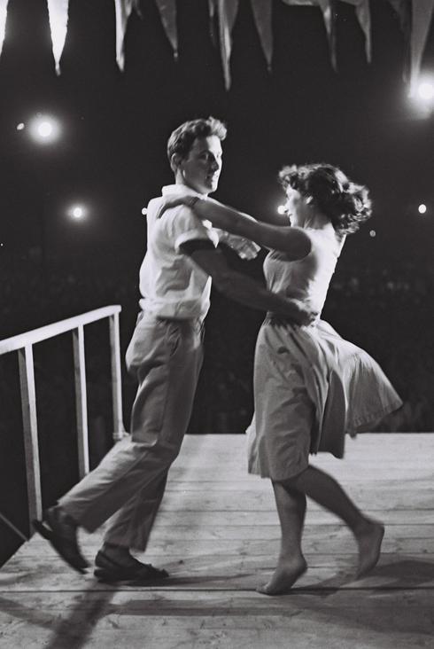 Una pareja baila rock en las calles de Tel Aviv, en la celebración de 1960.