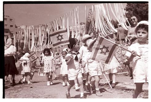 Niños marchan por las calles de Jerusalem, 1950.