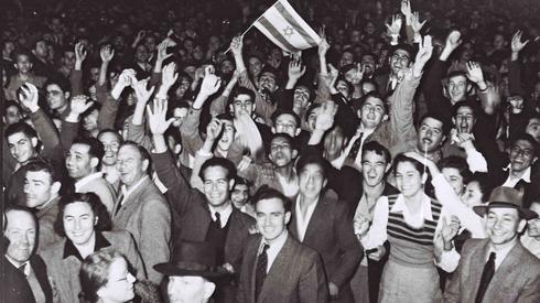 Y así comenzó todo: celebraciones del 29 de noviembre al lado del cine Mugrabi de Tel Aviv, 1947.
