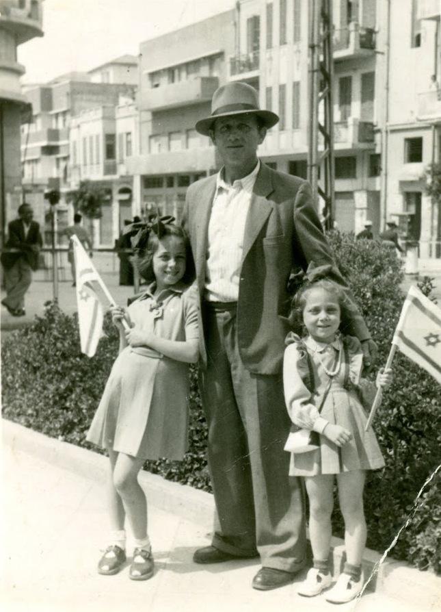 Dos niñas con su padre en el primer festejo por Yom Haatzmaut.