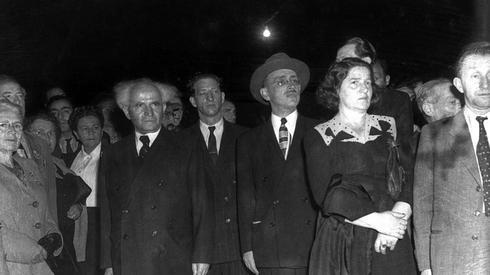 David Ben-Gurion durante la entonación del himno en el primer Día de la Independencia en Kirya, 1949.