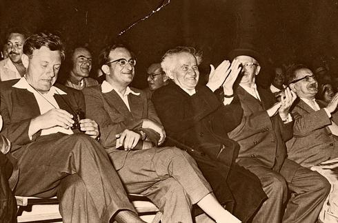 De izquierda a derecha: Teddy Kollek, Yitzhak Navon, David Ben-Gurion y Yitzhak Ben-Zvi en el primer concurso de Torá en Jerusalem, 1958.