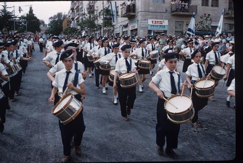 Niños de colegios desfilan en las calles de Jerusalem, 1960.