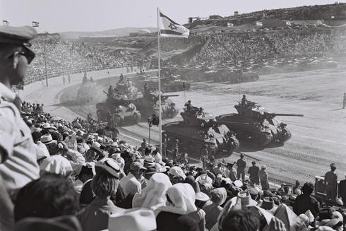 """Tanques Sherman en la """"Marcha de la década"""" en Jerusalem, 1958."""