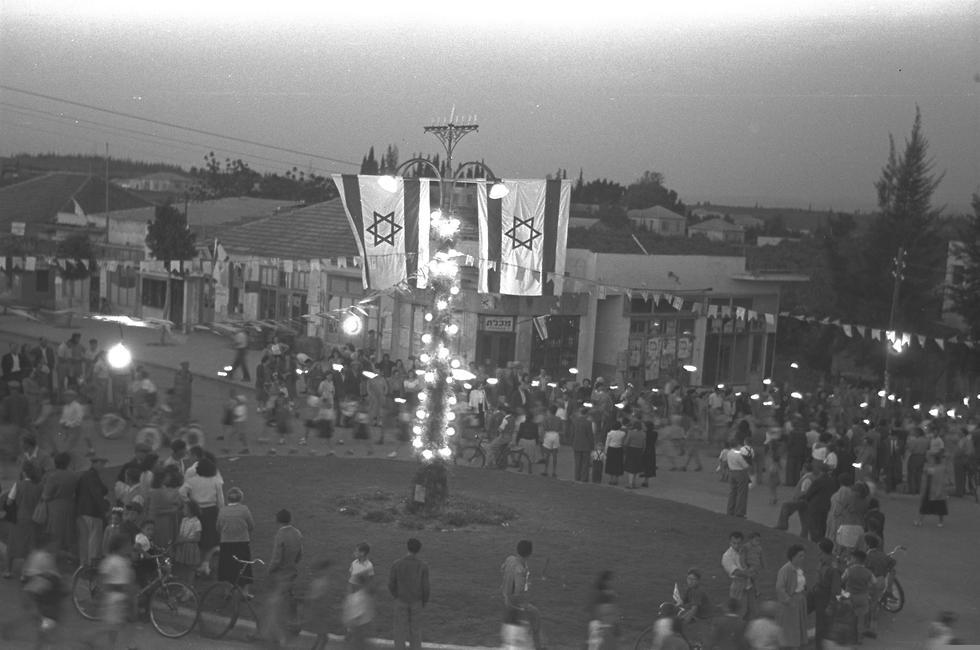 El momento de mayor euforia: celebraciones por la Independencia en una plaza de Kfar Sava, 1951.