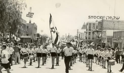Niños en el desfile de Yom Haatzmaut en Kiryat Gat, decada de 1960.