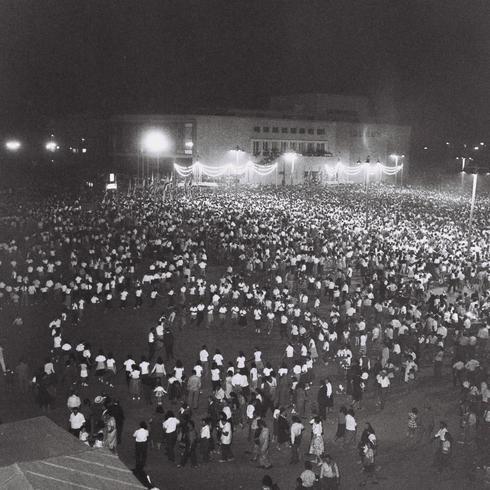 Festejos en las afueras del teatro Habima de Tel Aviv, 1960.