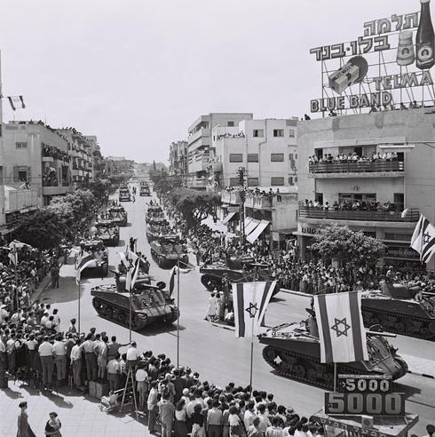 Tanques en el desfile de la Independencia en  Tel Aviv, 1955.