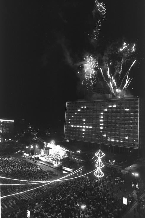 Fuegos artificiales al final del concierto filarmónico, Plaza de los Reyes, Tel Aviv, Yom Haatzmaut de 1988.