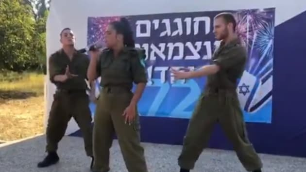 Noa Kirel y dos soldados bailarines.