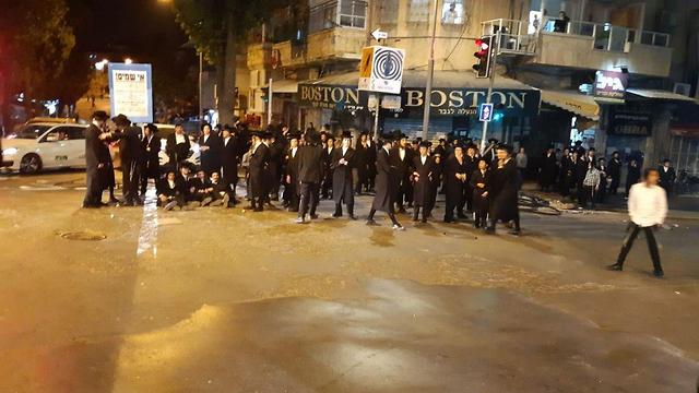 """Protesta de los ultrarreligiosos extremistas en Mea Shearim. """"El distanciamiento social va contra la forma de vida de ellos"""""""