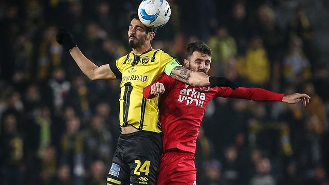 El fútbol israelí regresa bajo estrictas medidas de aislamiento para los jugadores.