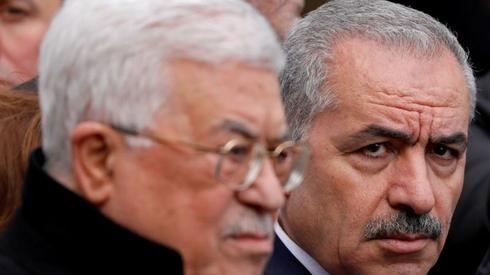 El primer ministro palestino Mohammad Shtayyeh y el presidente Mahmoud Abbas.