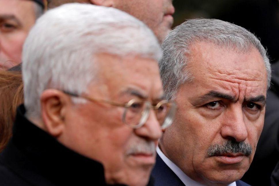 El primer ministro palestino Mohammad Shtayyeh y el presidente Mahmoud Abbas asisten al funeral del ex alto funcionario de Fatah Ahmed Abdel Rahman, en Ramallah