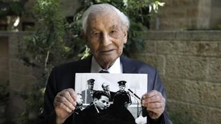 Gabriel Bach, de 93 años, enseña una foto del juicio a Eichmann