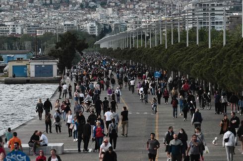 Habitantes de Salónica pasean luego de que el gobierno aliviara las restricciones.