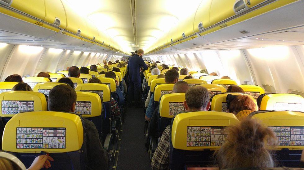 Interior de un avión de Ryanair. ¿Cómo mantendrán la distancia requerida entre los pasajeros? Aún no se sabe.