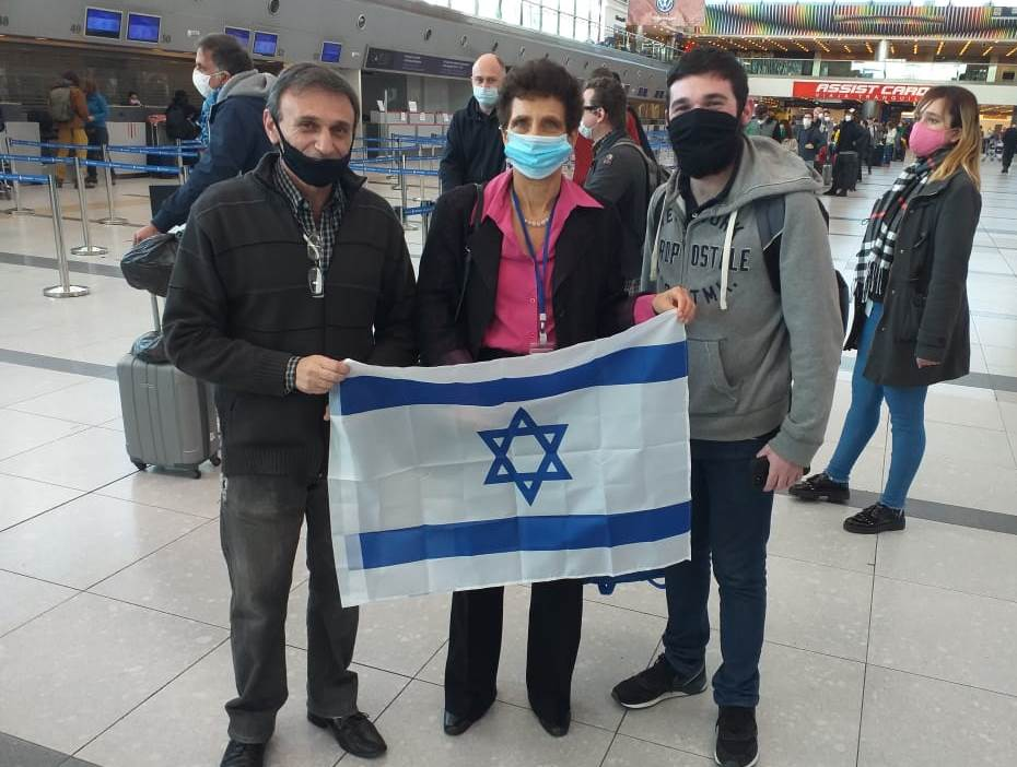 Galit Ronen, embajadora de Israel en Argentina, presente en el aeropuerto para despedir a los israelíes varados y desearle buena suerte a los nuevos inmigrantes.