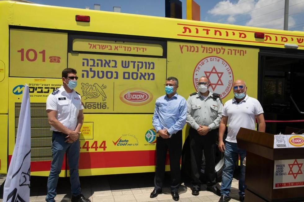 """Ceremonia de lanzamiento del """"autobús-ambulancia"""" en Shoham."""