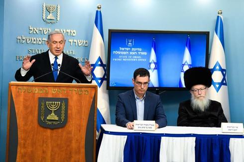 El primer ministro Benjamin Netanyahu, el director general del Ministerio de Salud, Moshe Bar-Siman-Tov, y el ministro de Salud, Yaakov Litzman, hacen declaraciones televisadas durante el bloqueo del coronavirus