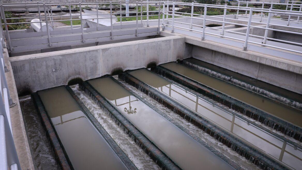 Planta de tratamiento de aguas residuales de la región central de Israel en Rishon LeZion.