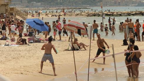 """""""La gente está de vuelta en la playa, el coronavirus se terminó""""."""