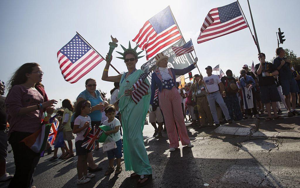 Cristianos evangélicos de varios países agitan banderas mientras marchan para mostrar su apoyo a Israel en Jerusalem.