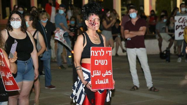 """Mismo mensaje en hebreo y árabe: """"Basta de asesinar mujeres""""."""