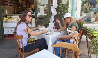 Clientas sentadas el domingo en el restaurante Keton de Tel Aviv.