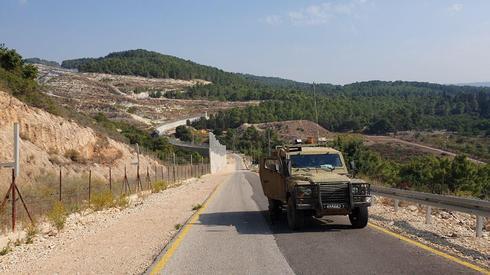 Un vehículo militar israelí patrulla en la frontera con el Líbano.