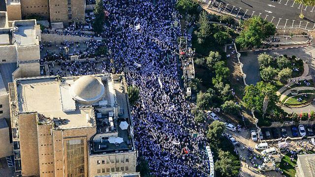 A polícia impôs um limite de 450 pessoas para cada celebração.