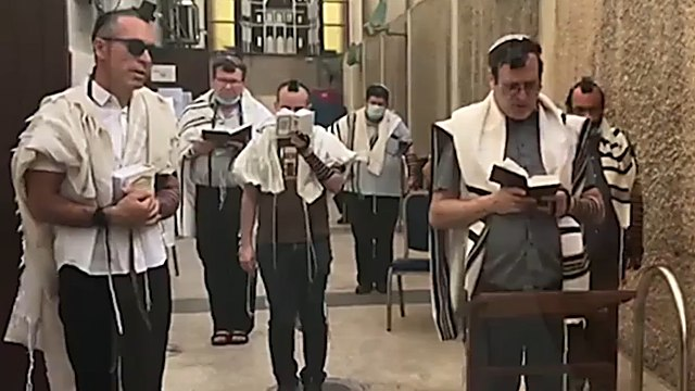 Primeros judíos que se acercaron a rezar a la Gran Sinagoga de Tel Aviv después de dos meses sin templos.
