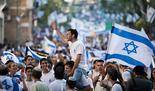 Desfile tradicional de banderas en Jerusalem.