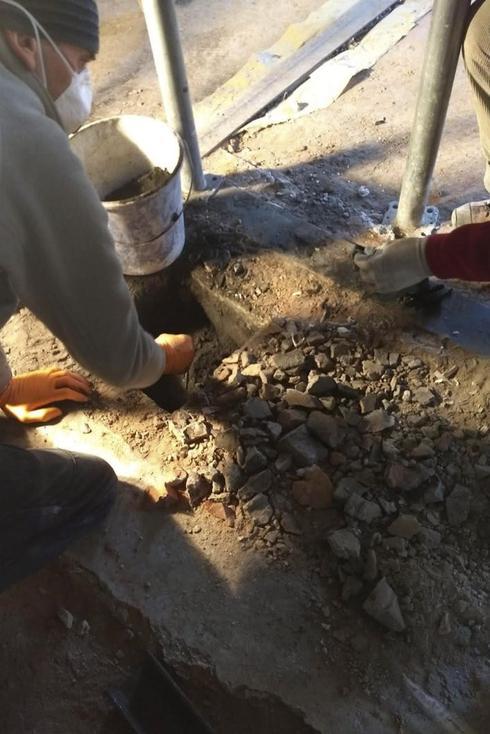 Los objetos fueron hallados en un conducto de chimenea del campo de concentración de Auschwitz.