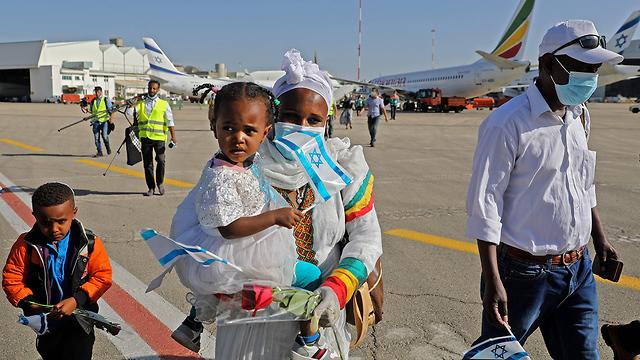 Homens, mulheres e crianças, entre os 119 novos imigrantes etíopes que chegaram a Israel.