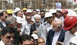 El presidente iraní, Hasssan Rouhani (centro) inaugura una refinería en Irán en 2017.
