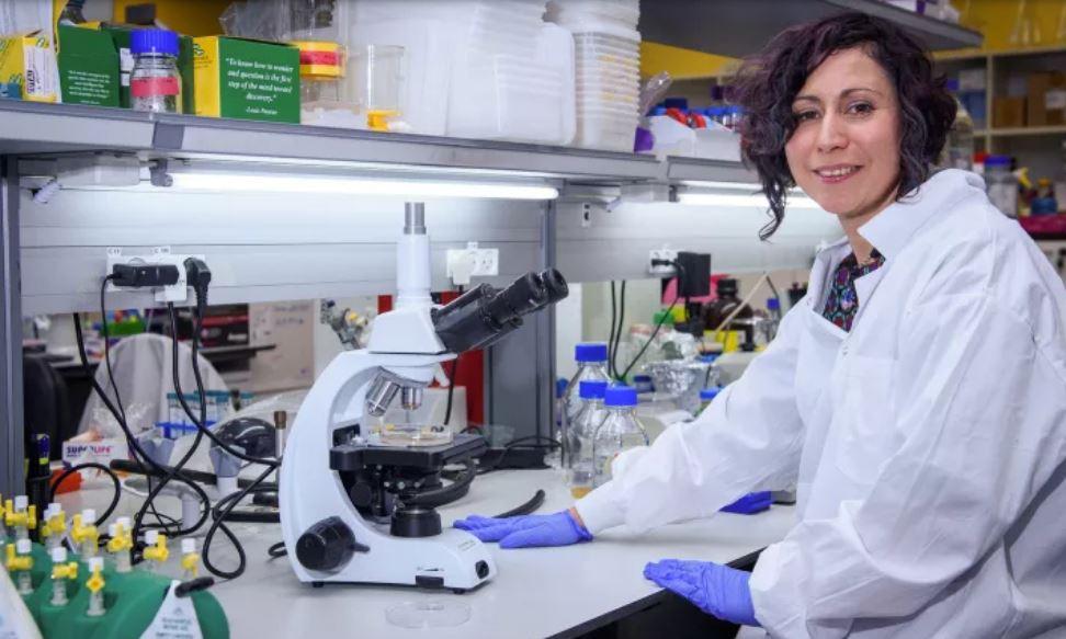 La Dra. Nadia Grozdev trabajando en una vacuna contra el coronavirus en el Instituto de Investigación MIGAL Galilee en Kiryat Shmona