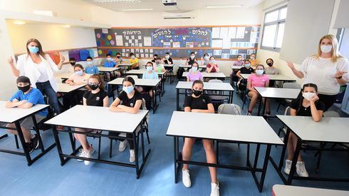 Maestras y alumnos con máscaras de protección en una escuela de Kiryat Ata.