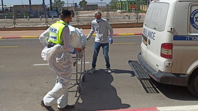 El cuerpo de un hombre mayor, que fue descubierto días después de su muerte, es retirado por voluntarios de Zaka en Ofakim.