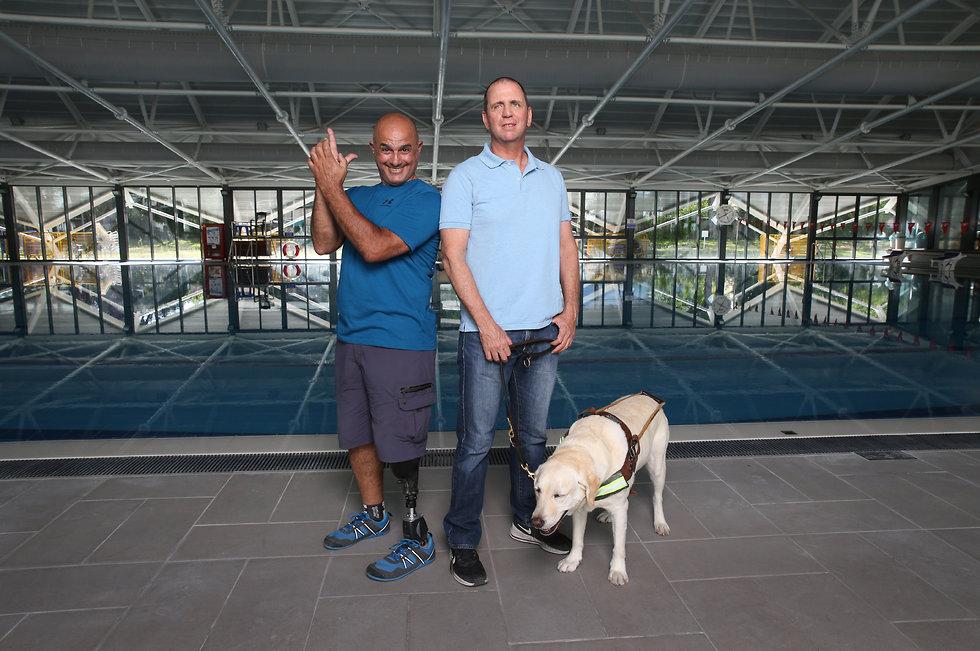 Sharizi y Better, con su perro guía, recordaron sus historias a 20 años de la retirada israelí del Líbano.