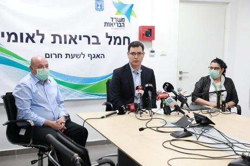 El director general adjunto del Ministerio de Salud, Prof. Itamar Grotto, el director general del Ministerio de Salud, Moshe Bar Siman Tov, y la jefa de Salud Pública, Prof. Sigal Satezky, en una conferencia de prensa.