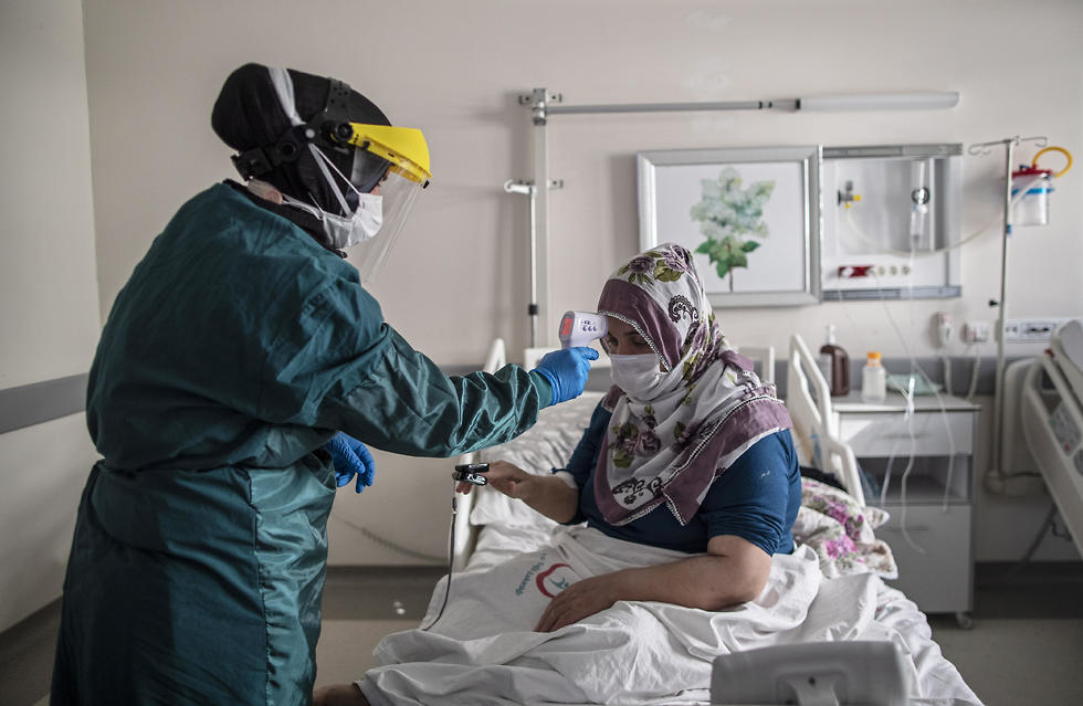 Tratamento com coronavírus em um hospital em Istambul, Turquia