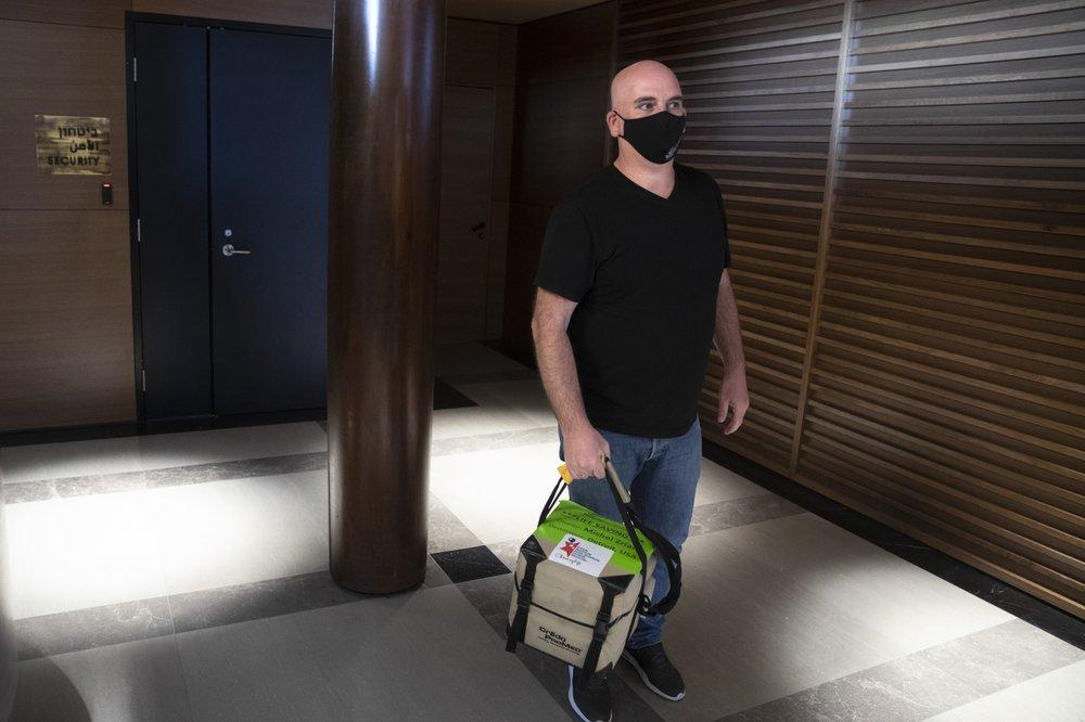 Mishel Zrian lleva una donación de trasplante de médula ósea en el aeropuerto Ben Gurion