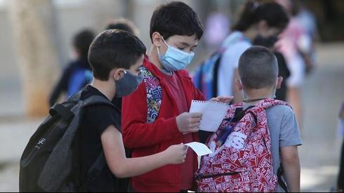 Niños israelíes regresando a clases en Tel Aviv.