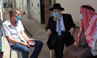 El padre de Iyad Halak junto al rabino Ariel Stern y el jeque Abu al Owa.