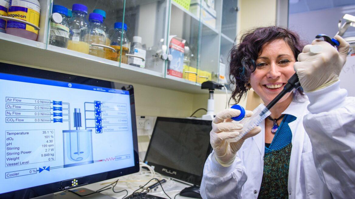 La doctora Nadia Grozdev trabaja en una vacuna contra el coronavirus en el Instituto de Investigación Migal Galilee en Kiryat Shmona.